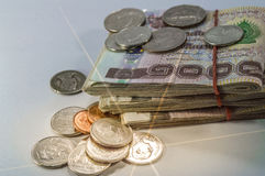 Thais Geld, 1000 Bahtbankbiljetten en muntstuk op witte achtergrond met lichte straal Royalty-vrije Stock Foto