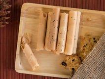 Thais gerold wafeltje en koekje in houten dienblad royalty-vrije stock foto