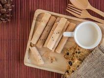 Thais gerold wafeltje en koekje met kop van melk in houten dienblad royalty-vrije stock fotografie