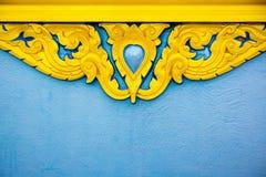Thais gipspleisterpatroon, geschilderde gouden kleur standbeeld Thaise stijl voor venster of deurkader beeld voor achtergrond, royalty-vrije stock foto