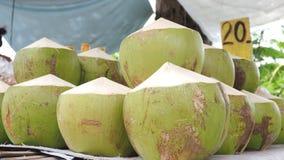 Thais kokosnotenvruchtensap op verkoop 20 Bad bij straatwinkel Stock Foto