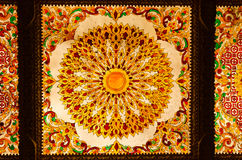 Thais kunst decoratief plafond bij de tempel van Thailand. Stock Fotografie