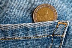 Thais muntstuk met een benaming van Baht tien in de zak van oude blauwe versleten denimjeans Stock Afbeeldingen
