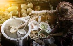 Thais noedelvoedsel die op drijvende boot in het drijven markt Thai maken Royalty-vrije Stock Foto's