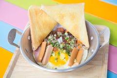 Thais Pan gebraden ei Een gebraden ei is een gekookte die schotel van één of meerdere eieren wordt gemaakt die worden verwijderd  royalty-vrije stock foto