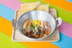 Thais Pan gebraden ei Een gebraden ei is een gekookte schotel die van één of meerdere eieren wordt gemaakt die worden verwijderd  royalty-vrije stock afbeelding