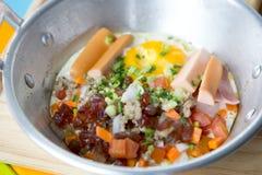 Thais Pan gebraden ei Een gebraden ei is een gekookte schotel die van één of meerdere eieren wordt gemaakt die worden verwijderd  stock foto's