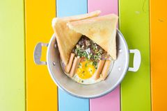 Thais Pan gebraden ei Een gebraden ei is een gekookte schotel die van één of meerdere eieren wordt gemaakt die worden verwijderd  stock foto