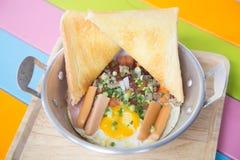 Thais Pan gebraden ei Een gebraden ei is een gekookte schotel die van één of meerdere eieren wordt gemaakt die worden verwijderd  royalty-vrije stock afbeeldingen
