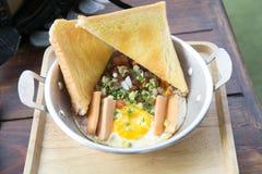 Thais Pan gebraden ei Een gebraden ei is een gekookte schotel die van één of meerdere eieren wordt gemaakt die worden verwijderd  royalty-vrije stock foto