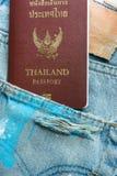 Thais paspoort in jeanszakken, reizigersconcept royalty-vrije stock afbeeldingen