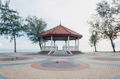 Thais paviljoen op het kleurrijke cementblok dichtbij overzees royalty-vrije stock fotografie