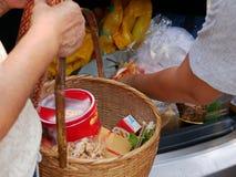 Thais préparant la substance de derrière de leur voiture pour la cérémonie de Rod Nam Dam Hua, payant le respect aux aînés image stock