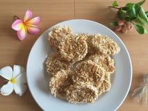 Thais rijstkoekje op plaat, bloemenfrangipani Royalty-vrije Stock Foto's