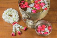 Thais slingerbloemen en Water met binnen jasmijn en rozenbloemkroon stock foto