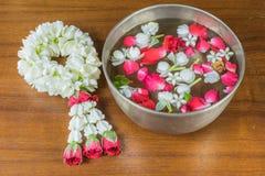 Thais slingerbloemen en Water met binnen jasmijn en rozenbloemkroon stock afbeelding