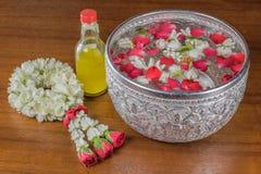 Thais slingerbloemen en Water met binnen jasmijn en rozenbloemkroon royalty-vrije stock foto's