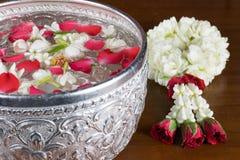 Thais slingerbloemen en Water met binnen jasmijn en rozenbloemkroon stock fotografie