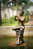 Thais standbeeld met spelmuziek stock afbeelding