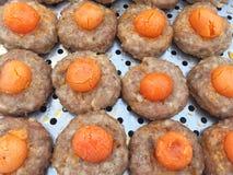 Thais stijl fijngehakt varkensvlees met gezouten eierdooier stock afbeeldingen