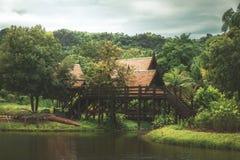 Thais stijl traditioneel blokhuis dichtbij het water in Thailand royalty-vrije stock afbeeldingen