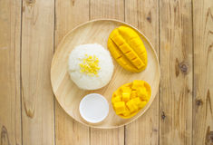 Thais stijl tropisch dessert, glutineus met mango's Stock Foto