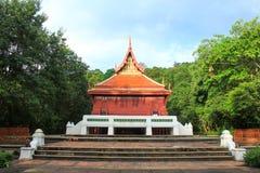 Thais stijlhuis met blauwe hemel royalty-vrije stock fotografie