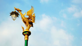 Thais stijlstandbeeld op aardige hemel Stock Foto's