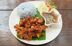 Thais stijlvoedsel, gebraden varkensvlees met blauwe gekookte rijst royalty-vrije stock foto's