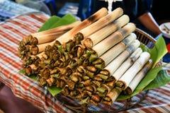 Thais straatvoedsel, het dessert van Thailand, Glutineuze die rijst in bamboe wordt geroosterd royalty-vrije stock afbeeldingen