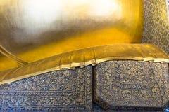 Thais traditioneel patroon op hoofdkussen van doende leunen Boedha gouden stat Stock Foto