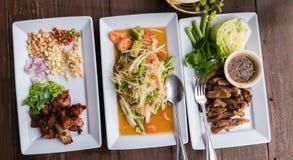 Thais traditioneel voedsel: met kruidige papajasalade Stock Afbeeldingen