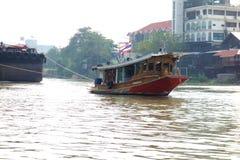 Thais Tug Boat Working op een Rivier stock foto's