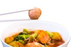 Thais voedsel - beweeg gebraden gerecht #6 Greepeetstokjes aan vleesbal Roze zeevruchten vlakke noedels Kruidige citroengras op s royalty-vrije stock foto