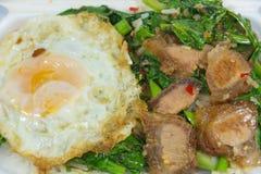 Thais voedsel - beweeg gebraden gerecht knapperig varkensvlees met Boerenkool (Kana Moo Grob) Royalty-vrije Stock Fotografie