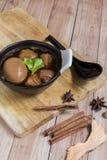 Thais Voedsel: Ei met varkensvlees dat en tofu wordt gestoofd Stock Afbeeldingen