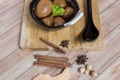 Thais Voedsel: Ei met varkensvlees dat en tofu wordt gestoofd Stock Fotografie