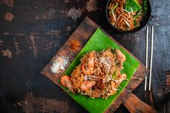Thais voedsel Thais Fried Noodles op houten lijst stock foto's