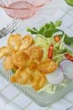 Thais voedsel, Gebraden Bloemen met mangosalade Stock Afbeeldingen