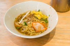 Thais voedsel, gele noedel met plakvarkensvlees Stock Foto's