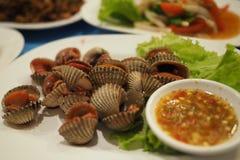 Thais voedsel: Gestoomde gebleekte tweekleppige schelpdieren Stock Afbeeldingen
