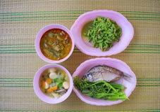 Thais voedsel gezet op de matten stock foto's