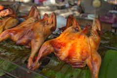 Thais voedsel: kippenvleugels op de grill met brand Stock Fotografie