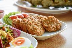 Thais voedsel, kruidig kerrie gebraden vissenpasteitje Stock Afbeeldingen