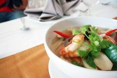 Thais voedsel Tom Yum Kung in een kom Royalty-vrije Stock Foto's