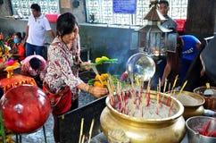 Thais vrouw het bidden engelenstandbeeld bij het Heiligdom van Phra Kal Stock Foto