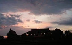 Thaise architectuur in de zonsopgang stock fotografie
