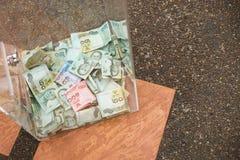 Thaise bankbiljetten in schenkingsdoos bij de tempel Stock Foto