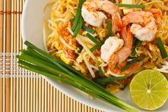 Thaise be*wegen-gebraden rijstnoedels (Stootkussen Thai) Stock Afbeeldingen