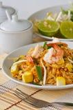 Thaise be*wegen-gebraden rijstnoedels (Stootkussen Thai) Stock Fotografie